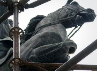 Конь Щорса остался без ноги
