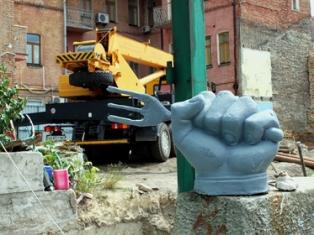 Крутой памятник дерибану в Киеве